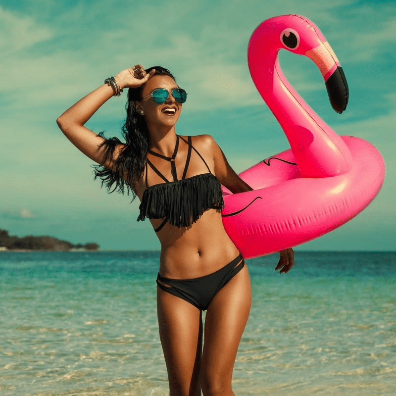 AdobeStock_209492210 Swimsuit With Flamingo 800x800 Tint44 EstMed kosmetisk plastisk kirurgi Oslo filler rynkebehandling hårfjerning alternativ tekst
