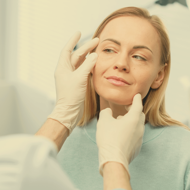 AdobeStock_224173701 EstMed Woman Face Examined by Doctor 800x800 Square EstMed kosmetisk plastisk kirurgi Oslo filler rynkebehandling hårfjerning alternativ tekst